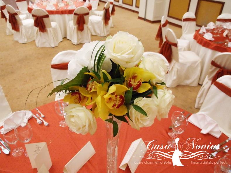 aranajment-floral-vaza-inalta-hortensie-si-orhidee