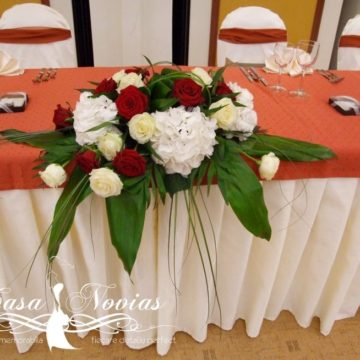 aranjament-prezidiu-cu-hortensii-si-trandafiri