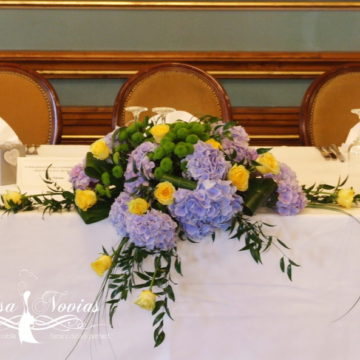 aranjament-prezidiu-din-trandafiri-si-hortensie