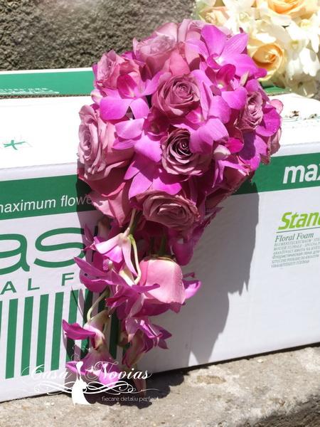 buchet-curgator-trandafiri-si-dendrobium-roz
