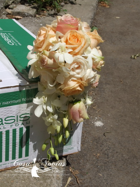 buchet-curgator-trandafiri-si-dendrobium