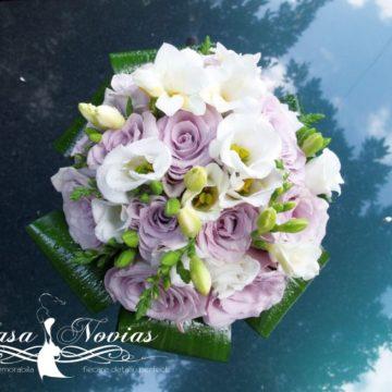 buchet-mireasa-din-trandafiri-mov-irisi-si-lisianthus-alb